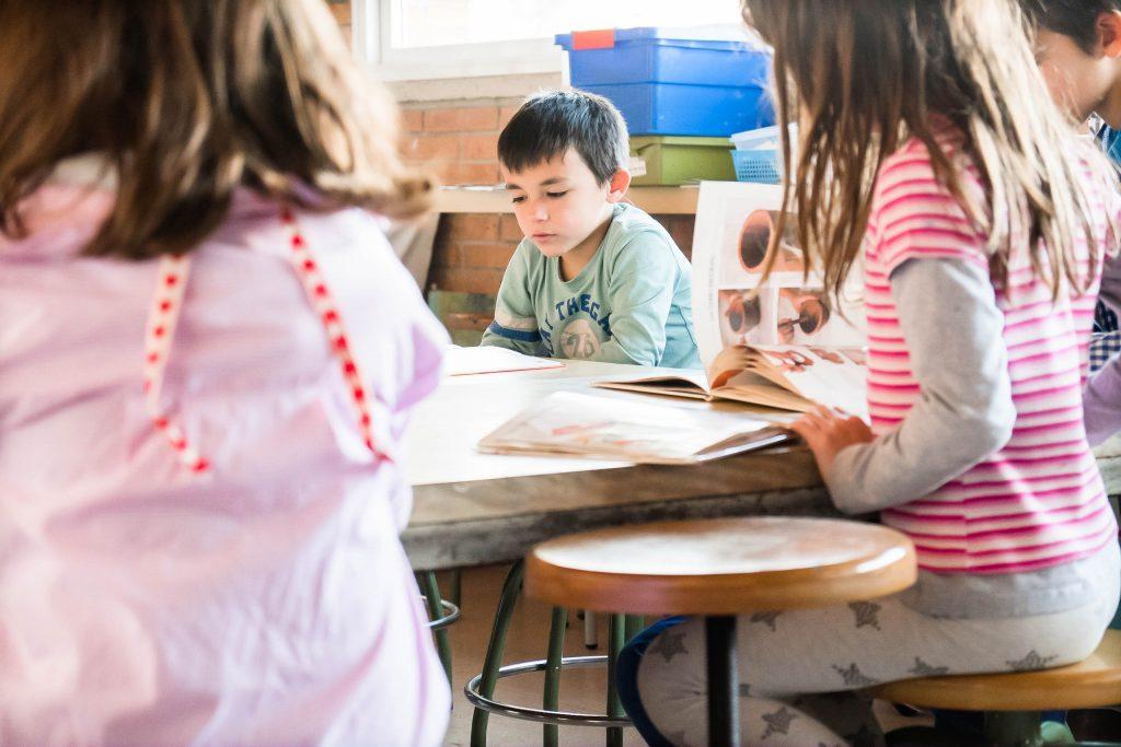 Alumnes Comunitat Mitjans llegint