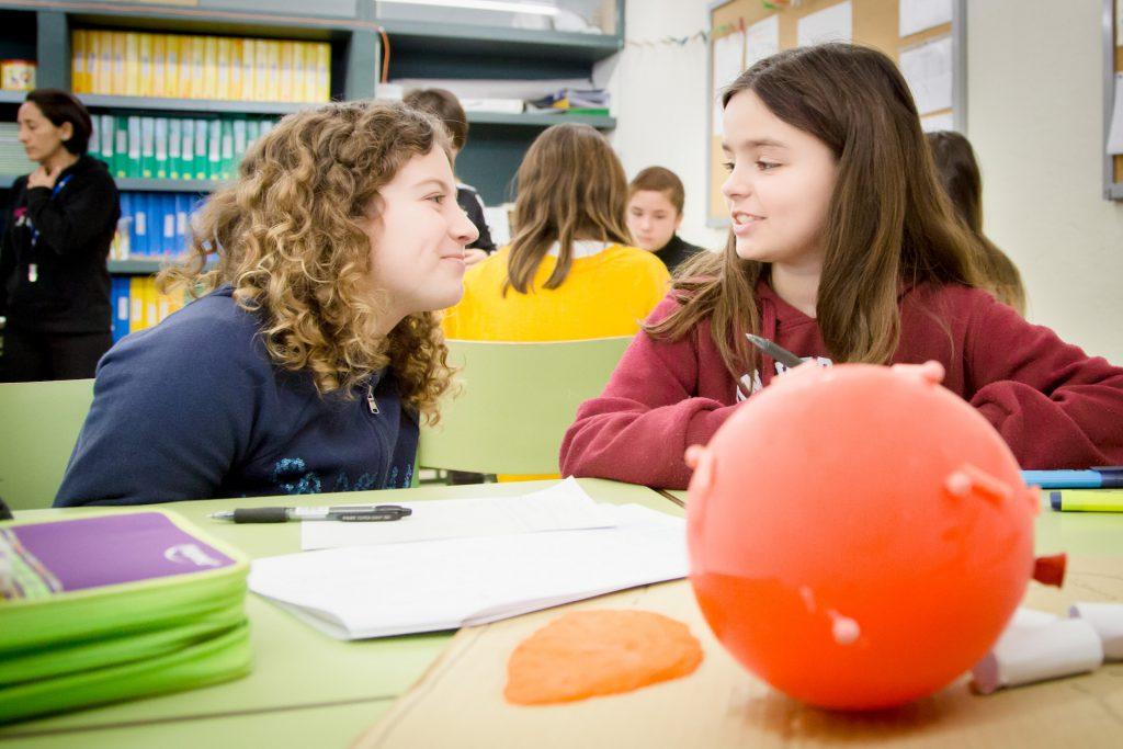 Alumnes treballant en projecte Comunitat Grans