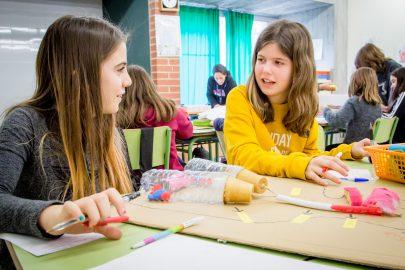 Alumnes treballant Comunitat Grans